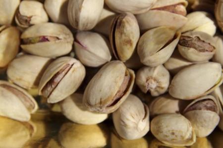 , Pistaches vertes p�les comestibles enferm�s dans des coquilles jaunes durs sont nutritifs, riches en vitamines et min�raux