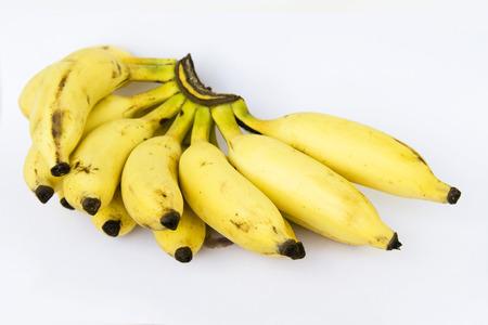 healthful: El manojo de sabrosas y saludables frutos de pl�tano de color oro, aislado en blanco