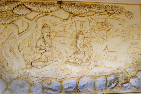 dictating: Panel de pared en el templo de Shaktinagara Gopalakrishna representa Maharishi Vyas historia de dictado de la �pica Mahabhatata a Ganesha, Mangalore, Karnataka, India, Asia