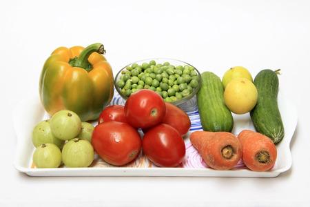 healthful: Bandeja que contiene gran variedad de colores y de verduras saludables Foto de archivo