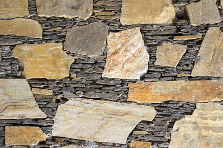neatly: Beautiful mosaic of stones and slabs neatly stacked in wall