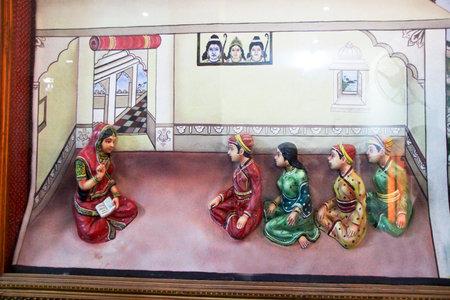 Ic�nes d'enfants royaux �coute vivement histoire � Maharana Pratap Mus�e � Haldighat, Rajasthan, Inde, Asie �ditoriale