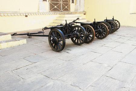 Affichage des charrettes transportant de petits canons, utilis�s pendant la bataille, au Mus�e Maharaja Sawai Mansingh-II, le City Palace, Jaipur, Rajasthan, Inde, Asie �ditoriale