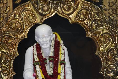 Mangaluru、カルナータカ州、インド、アジアの Kudroli Gokarnanatheswara 寺でサイ ・ ババの白い大理石像