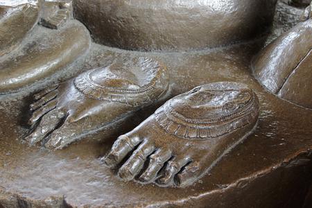 madre tierra: Pies Santos de Bhudevi Madre Tierra en el templo de Varaha en el Grupo Occidental de los Templos de Khajuraho, en Madhya Pradesh, India, Asia