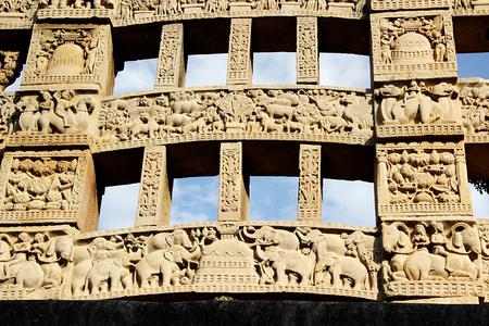 bhopal: Primer plano de talla exquisita en la cara posterior de puerta de entrada oriental a la gran estupa de Sanchi, cerca de Bhopal, Madhya Pradesh, India, Asia