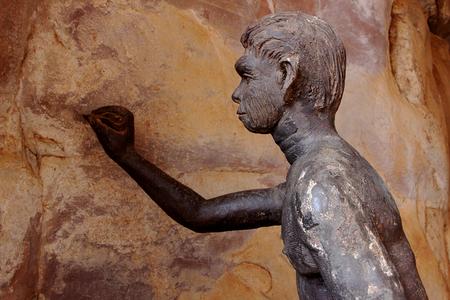 hombre prehistorico: El hombre prehistórico intentar hacer bocetos en la pared de su refugio de piedra en Bhimbetka, cerca de Bhopal, Madhya Pradesh, India, Asia