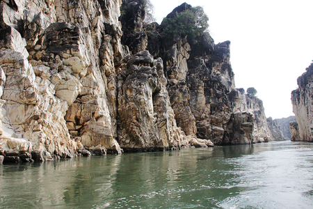 flanked: River Narmada flanked by marble rock sentinels on either side at Bedaghat near Jabalpur, Madhya Pradesh, India, Asia