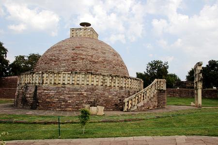 madhya: View of Stupa-I and gateway at Sanchi, near Bhopal, Madhya Pradesh, India, Asia
