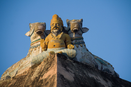 flanked: Statue of Muni in blessing posture flanked by two Nandis at Arunachaleshwara Temple in Tiruvannamalai, Tamil Nadu, India, Asia