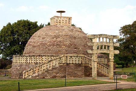 madhya: Stupa 3 crowned by single umbrella at Sanchi, near Bhopal, Madhya Pradesh, India, Asia Stock Photo