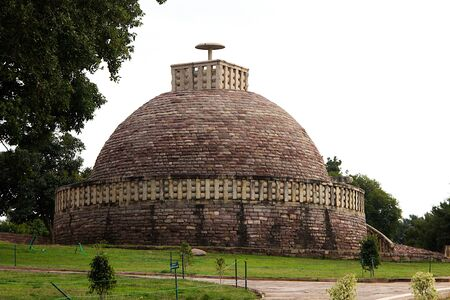 View of Stupa 3 crowned by single umbrella at Sanchi, near Bhopal in Madhya Pradesh, India, Asia 免版税图像