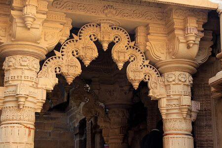 Highly skilful marble stonework between pillar top at  Jain Temple in Jaisalmer Fort, Jaisalmer, Rajasthan, India, Asia Standard-Bild