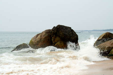 Wavefronts splashing water on rocks at Kovalam Beach in Ttiruvanthapuram, Kerala, India, Asia Standard-Bild