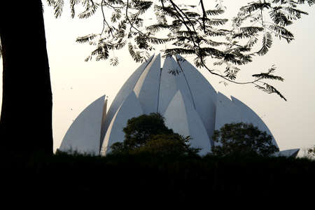 Top portion of Lotus Temple or Bahai House of Worship at Delhi viewed through foliage, India, Asia Standard-Bild