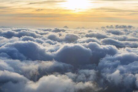Dramatischer Sonnenunterganghimmel über den Rogues-Alpen. Blick von der Cosmique-Hütte, Chamonix, Frankreich. Perfekter Moment im alpinen Hochland. Standard-Bild