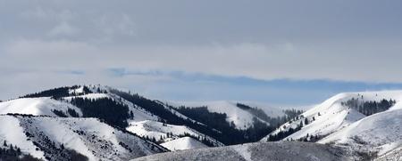 雪は山のパノラマを突破 写真素材