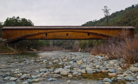 草の谷、カリフォルニアの近くのブリッジ ポートの覆われた橋
