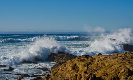 クラッシュ ウェーブ北カリフォルニアの海岸線