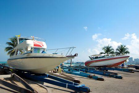 motorizado: Barcos motorizados en el dique en plataformas de transporte