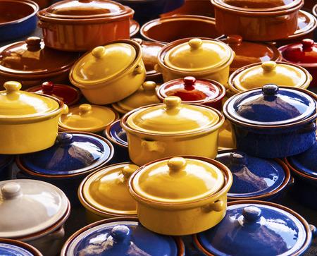 ollas de barro: Las ollas de barro para cocinar Foto de archivo