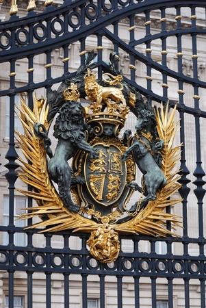 escudo de armas: puerta de Palacio buchingham de Londres con cresta oro Editorial