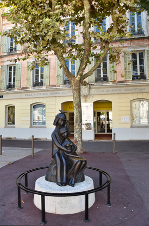 statue of the lovers of Peynet Raymond in front of the museum
