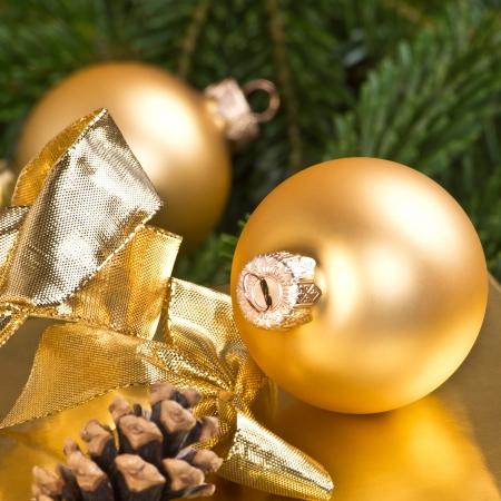 weihnachtsmann: goldene weihnachtskugeln