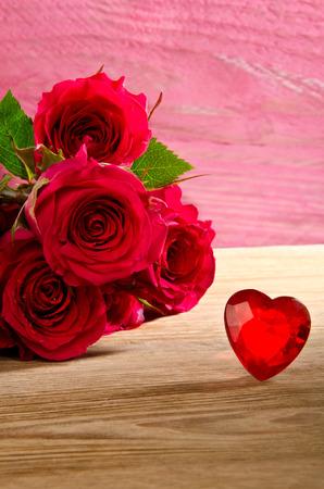 rosas rojas: rosas rojas con coraz�n rojo Foto de archivo