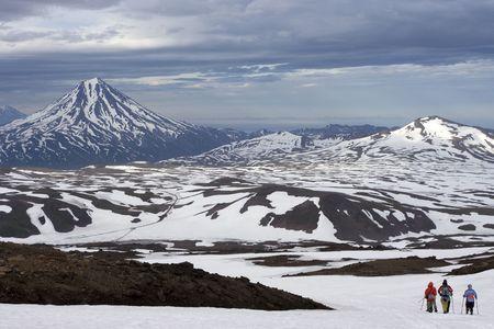 kamchatka: Kamchatka Viluchinskiy vista sul vulcano e sul gruppo di turisti  Archivio Fotografico