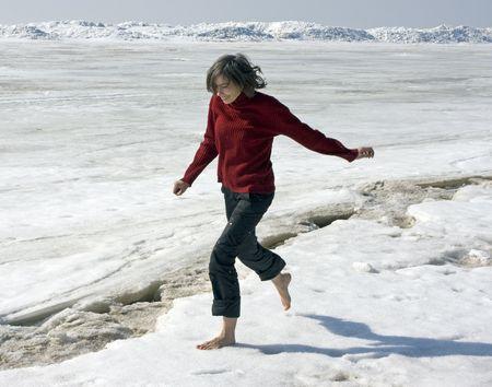 piedi nudi di bambine: ragazza esegue a piedi nudi sulla neve Archivio Fotografico