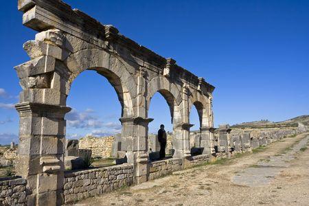 Volubilis est un site arch�ologique au Maroc situ� pr�s de Mekn�s. La ville la plus proche est Moulay Idriss. Volubilis pr�sente les ruines les mieux conserv�es dans cette partie de l'Afrique du Nord. En 1997, le site a �t� r�pertori�e comme site du patrimoine mondial de l'UNESCO. Dans l'antiquit�, Banque d'images - 4223761