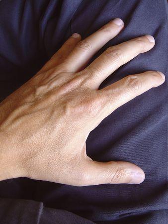 gambe aperte:  visualizzazione di una mano maschile su pantaloni da vicino