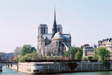 jorobado: Vista diurna de la Catedral de notre-dame - paris Francia