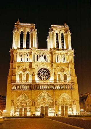 corcovado: vista nocturna de la catedral de Notre-Dame - Paris Francia