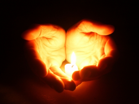 luz de velas: Manos sosteniendo una vela