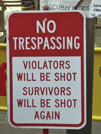 prohibido el paso: Humor�stico No muestra de violaci�n Foto de archivo
