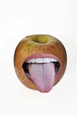 sticking out tongue: Manzana sacar la lengua Foto de archivo