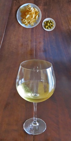 White wine cup and appetizer Imagens