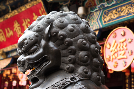 Lion sculpture in Wong Tai Sin 에디토리얼