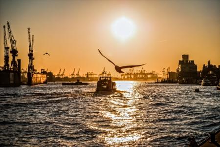Zonsondergang op Hamburg Hier is de tweede grootste haven van Europa, die haar schoonheid laat zien aan het eind van de dag Stockfoto