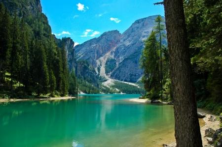 vista del lago di Braies e Croda del Becco, Dolomiti - Italia Archivio Fotografico