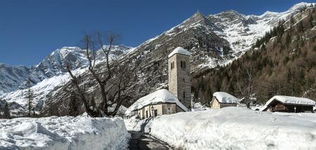 Vecchia chiesa di Macugnaga, la stagione invernale - Italia Archivio Fotografico