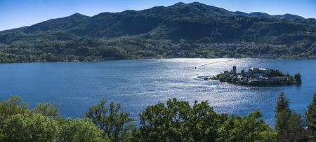 Lago d'Orta e Isola di San Giulio e la riflessione in acqua, Piemonte - Italia