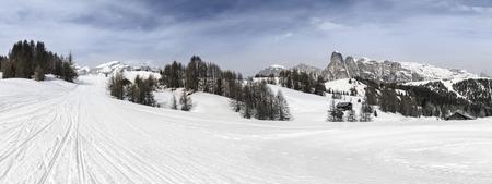 ski slopes: Alta Badia, Dolomiti paesaggio di montagna e piste da sci sul Pralongi� Archivio Fotografico