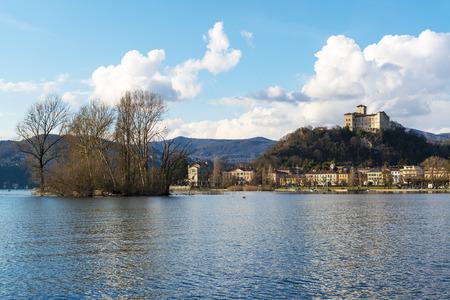 Isola vicino al villaggio di Angera, Lago Maggiore - Lombardia, Italia