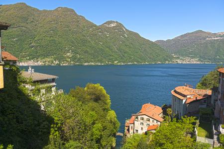 Paesaggio sul lago di Como in una chiara mattina di primavera