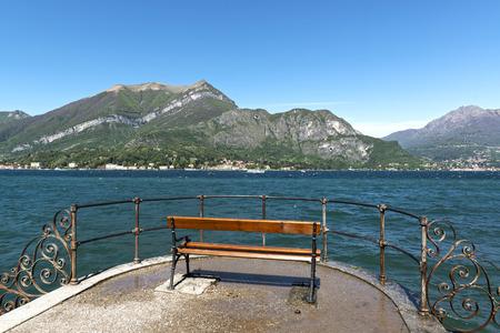 panca con una splendida vista sul Lago di Como, in una zona tranquilla e soleggiata mattina di primavera, Bellagio