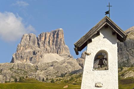 campanile con il paesaggio dello sfondo italiani montagne in un giorno d'estate, Dolomiti - Italia