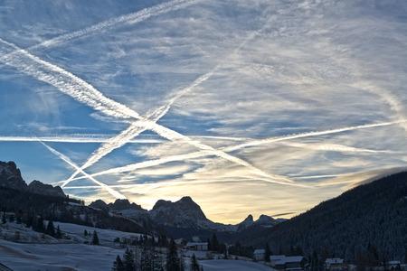 bellissima alba d'inverno in montagna italiana e cielo nuvoloso con scie degli aerei, Dolomiti
